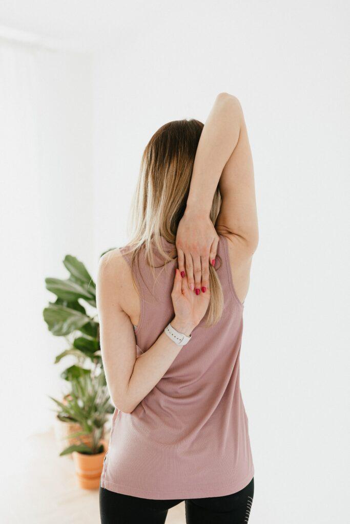 Frau bei Dehnübung