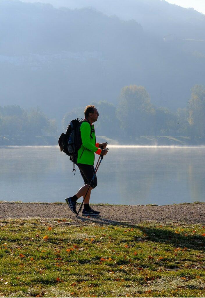 Mann beim Nordic Walking