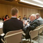 Während der Diskussion: Nobelpreisträger Professor Dr. Joseph E. Stiglitz am Mikrophon.