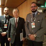 Nach der Veranstaltung: Der ehemalige Generalsekretär der Vereinten Nationen, Ban Ki-Moon (Mitte), mit unseren großartigen Helfern Leutnat zur See Felix Knoch (links) und Oberstabsgefreiter Pablo Marotzky (links).