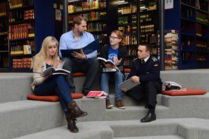 Studierende in Bibliotek