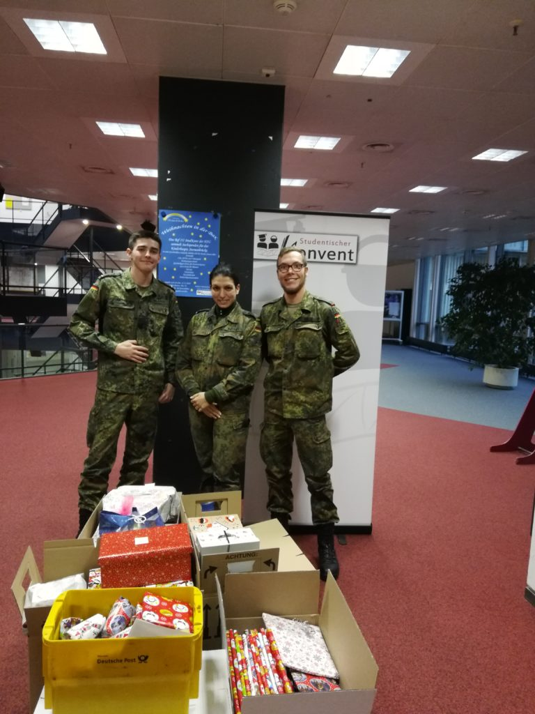 Drei Soldaten vor Paketen