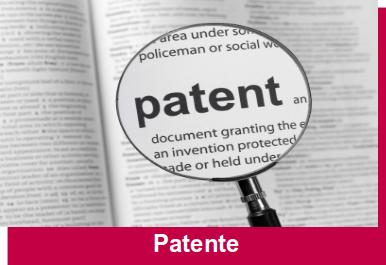 Zeitung mit Ausschnittsvergrößerung auf dem Wort Patent
