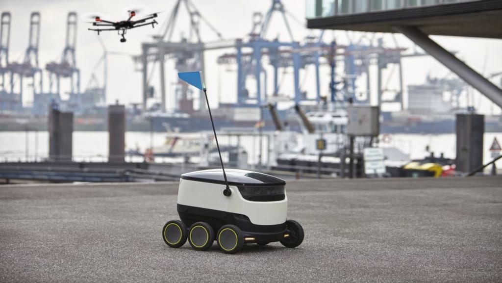 Bodenroboter mit Multikoper im Hafen
