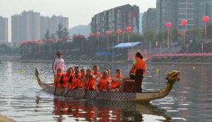 Drachenboot Team auf dem Fluss