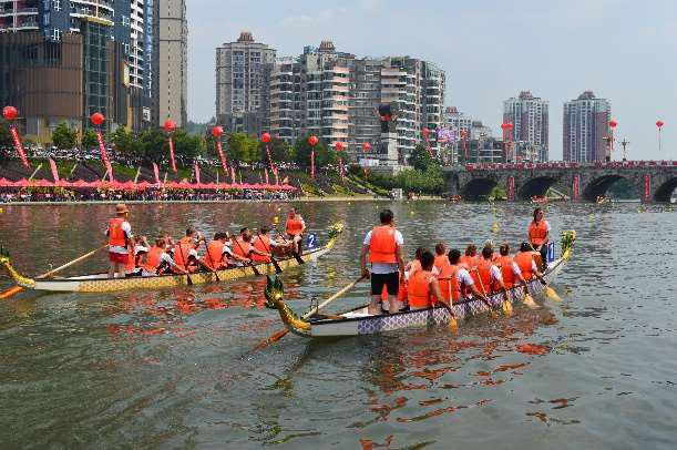 Drachenbootteam im Wettkampf