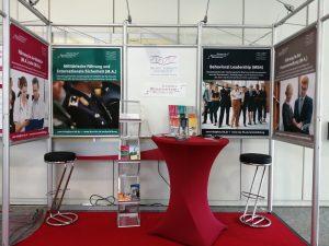 ZWW Stand (Aus)Bildungskongress der Bundeswehr 2019 Haupteingang der HSU/UniBw H Frontansicht