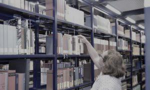 Person in der Bibliothek