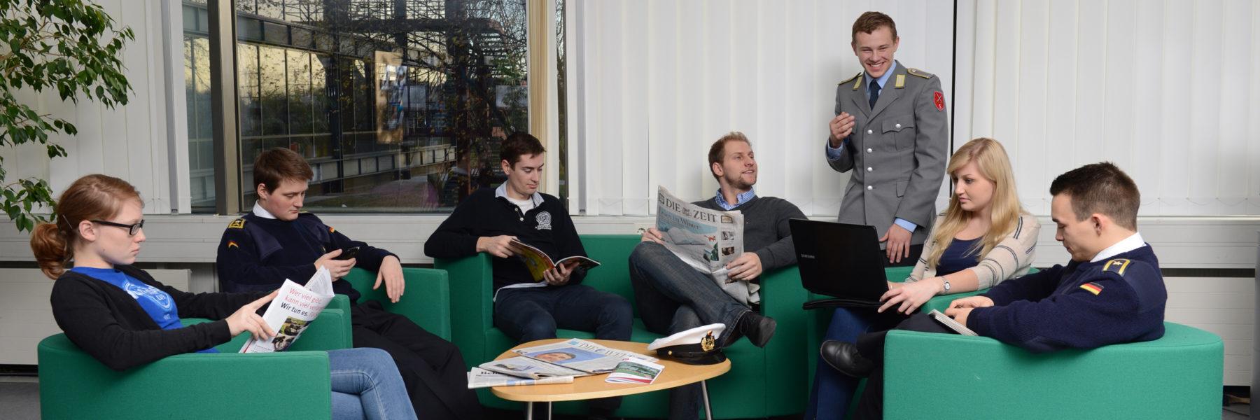 Gruppenarbeit in der Bibliothek. (Foto: Reinhard Scheiblich)
