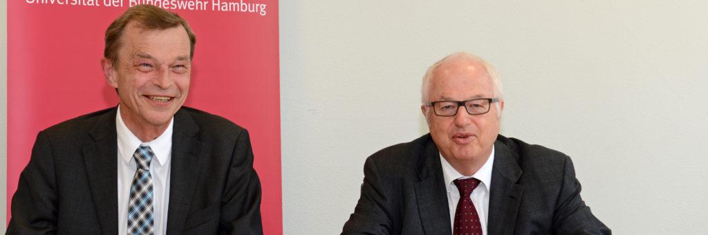 """Die Präsidenten von WSV und HSU, Prof. Dr. Hans-Heinrich Witte (links) und Prof. Dr. Wilfried Seidel, unterzeichnen den Vertrag zur Einrichtung des Studiengangs """"Bauingenieurwesen"""" an der HSU."""