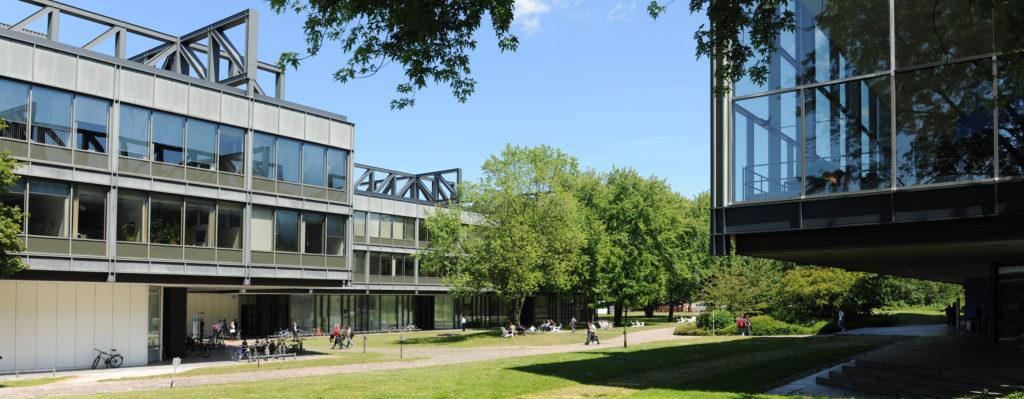 Campus zwischen Hauptgebäude und Mensa. (Foto: Reinhard Scheiblich)