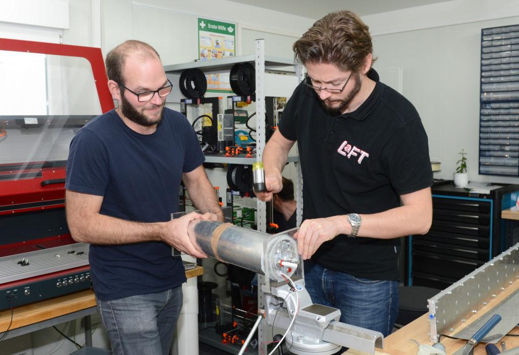 Florian Steckel (links) arbeitet im Open Lab an seiner Erfindung, unterstützt von Tobias Meyer, LaFT. (Foto: Reinhard Scheiblich)