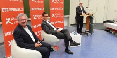 HSU-Präsident Prof. Dr. Wilfried Seidel (rechts) bei der Begrüßung der Gäste. (Foto: Reinhard Scheiblich)