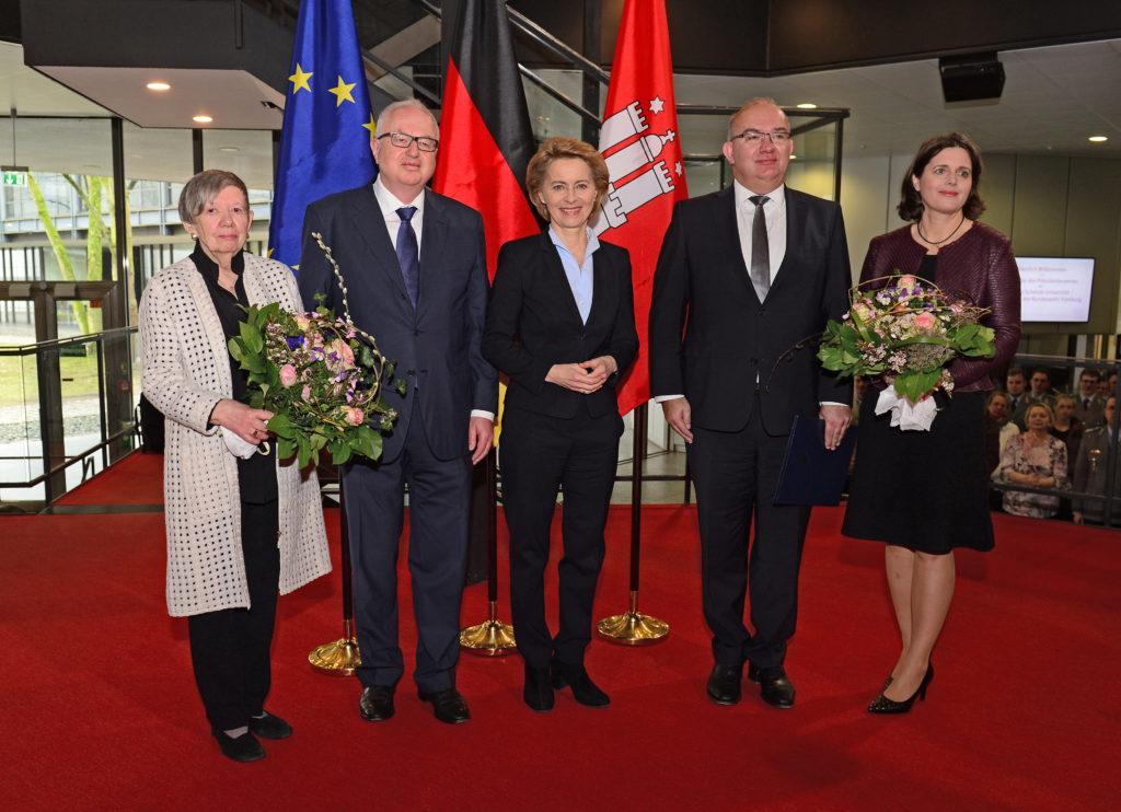 Der amtierende und der zukünftige Universitätspräsident mit ihren Ehefrauen und Bundesministerin Dr. Ursula von der Leyen. (Foto: Ulrike Schröder)