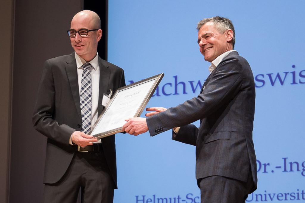 Dr. Robert Weidner (links) erhält aus den Händen von ZEIT-Geschäftsführer Dr. Rainer Esser die Auszeichnung als Nachwuchswissenschaftler des Jahres (Foto: Deutscher Hochschulverband/Till Eitel)