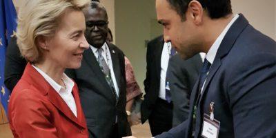 Blonde Dame im roten Blazer schüttelt einem Mann im Dunklen Anzug die Hand. (Foto: Mirko Alpen)