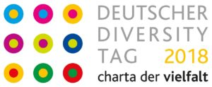 Neun in Dreierreihen symmetrisch angeordnete, mehrfarbige Punkte, umgeben von andersfarbigen Kreisen, geflogt vom Schriftzug DEUTSCHER DIVERSITY TAG 2018 charta der vielfalt