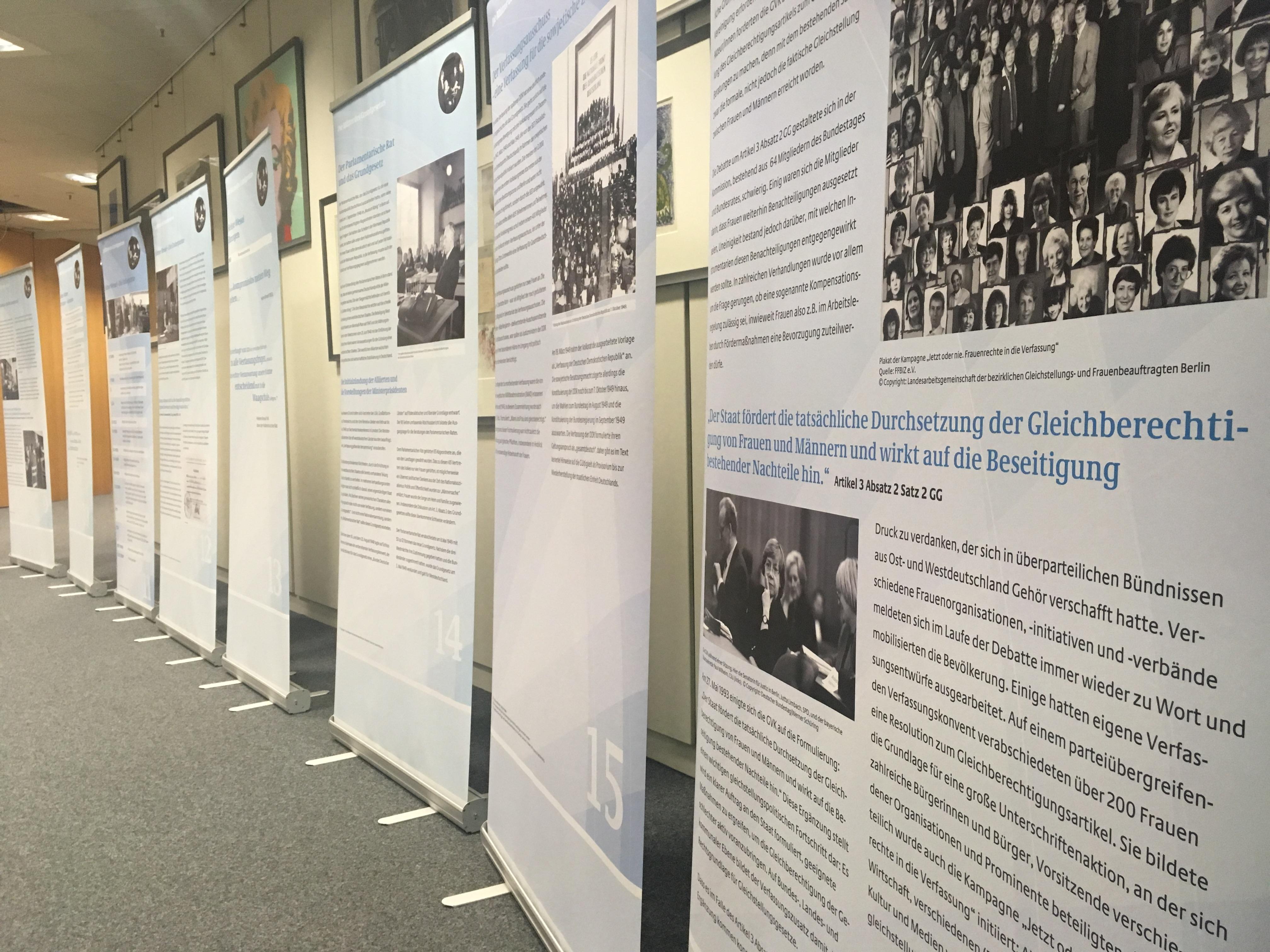 Eine Reihe von Text- und Bildtafeln auf sogenannten Rollbannern, nebeneinander aufgestellt, um sich in der Unendlichkeit des Verwaltungstraktes der Universität zu verlieren. (Foto: Dietmar Strey)