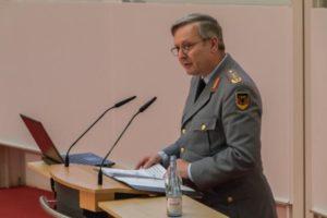 Ein Offizier in einer Generalsuniform hinter einem Rednerpult.