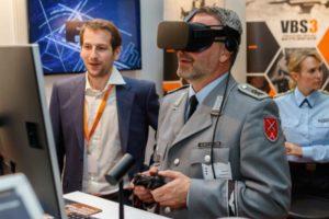 Ein Soldat in Uniform mit einer VR-Brille.