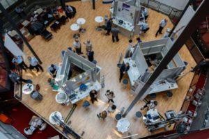 Blick von oben auf die Ausstellungsfläche.