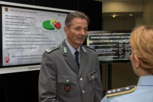 Ein Soldat in der Uniform eines Infanterieoffiziers spricht im Interview mit eibner Frau Hauptmann der Luftwaffe.