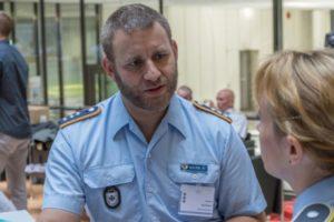 Ein Mann mit Vollbart in der Uniform eines Hauptmanns der Luftwaffe.