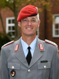 Ein Mann in der Uniform eines Oberst der Artillerietruppe.