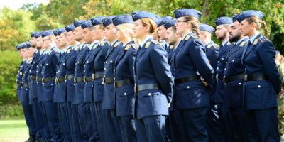 Soldatinnen und Soldaten in Luftwaffenuniform stehen in einer dreigliedrigen Formation.