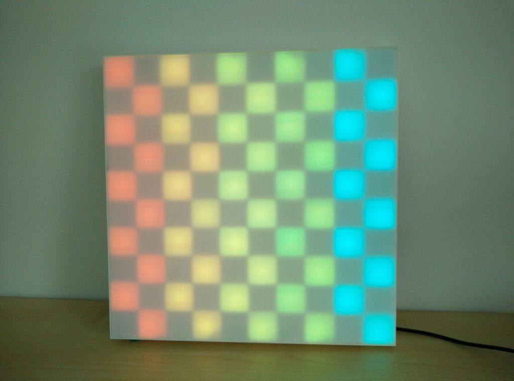 Eine Tafel mit verschiedenfarbig leuchtenden Feldern, die ein Schachbrettmuster ergeben.