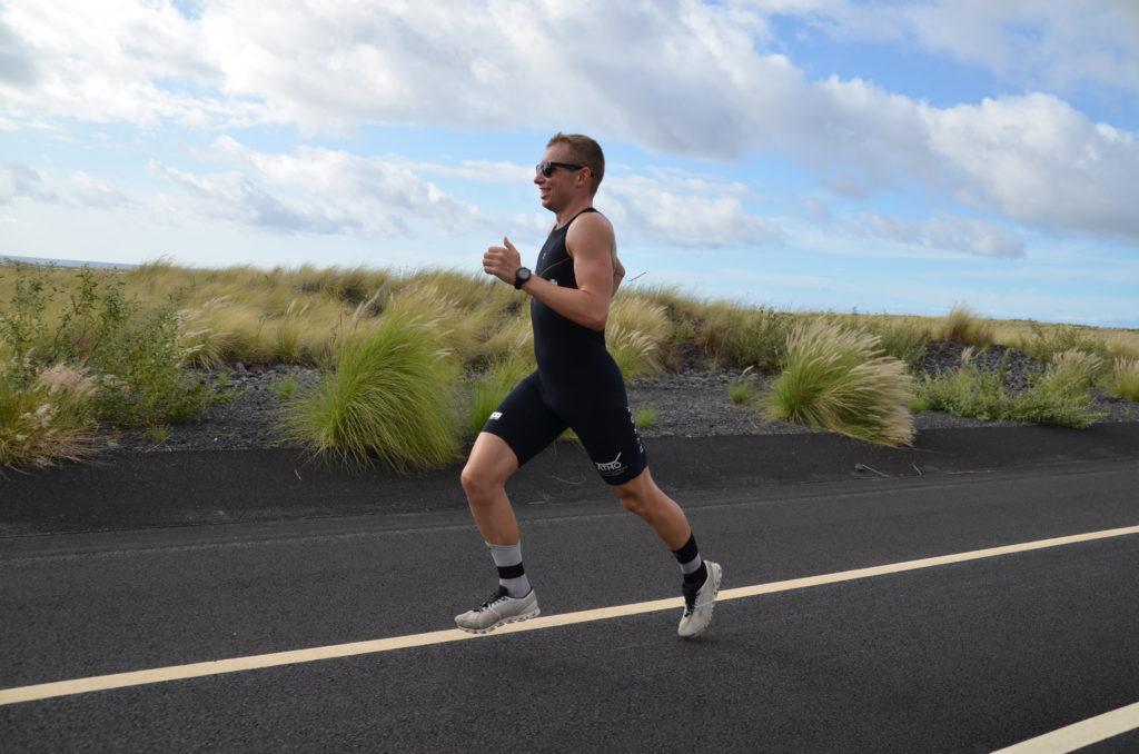 Ein Mann im Laufdress auf einer Straße