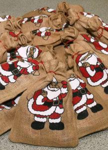 Jutebeutel, gefüllt, bedruckt mit einem winkenden Nikolaus