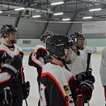 Eine Gruppe von Eishockeyspielern steht auf einer Eisfläche.