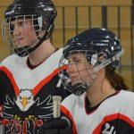Ein Eishockeyspieler und eine Eishockeyspielerin.