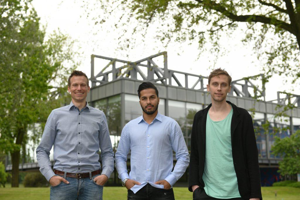 Drei junge Männer stehen auf dem Campus der Helmut-Schmidt-Universität