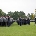 EIn Musikkorps in Luftwaffenuniform marschiert an einer Paradeaufstellung vorbei