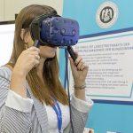 Eine Frau mit einer VR-Brille