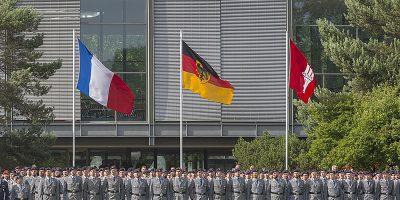 Soldaten stehen in Formation vor der französischen und deutschen Staatsflagge und der Hamburger Flagge