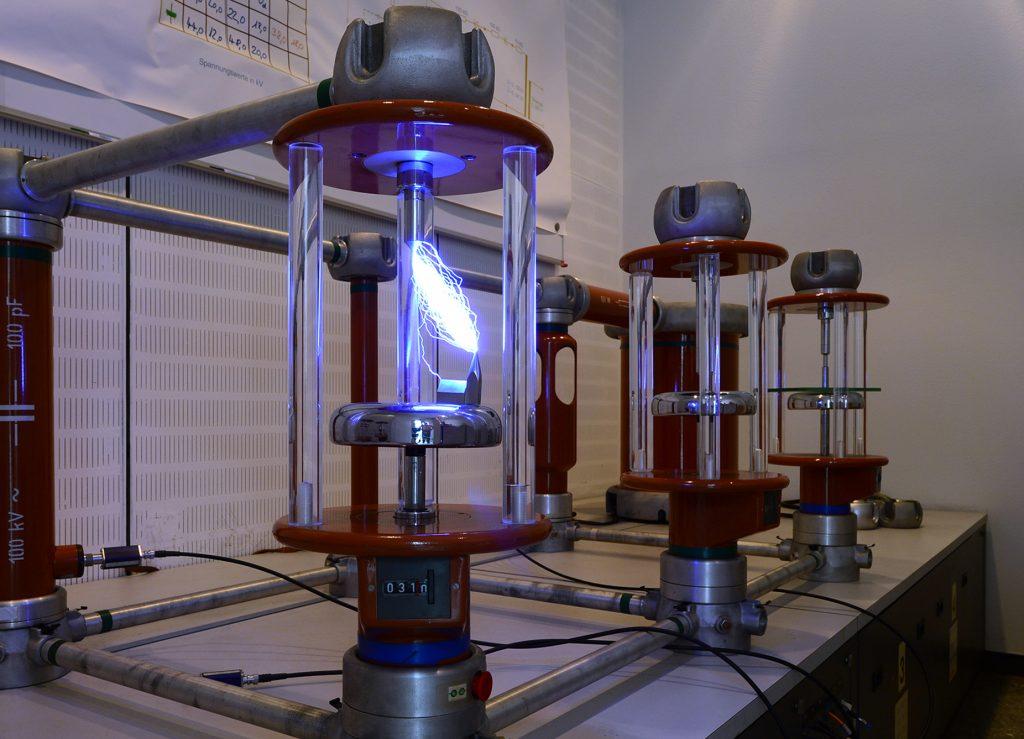 Ein Hochspannungs-Lichtbogen, der in das Modell einer Kirche einschlägt