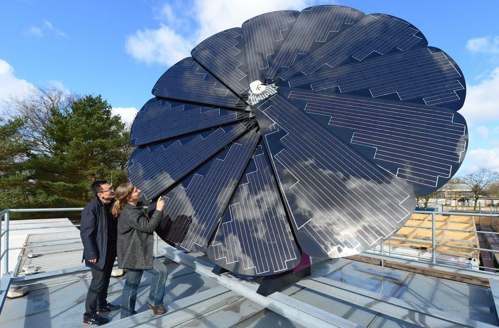 Eine Wissenschaftlerin und ein Wissenschaftler vor einem Solarpanel