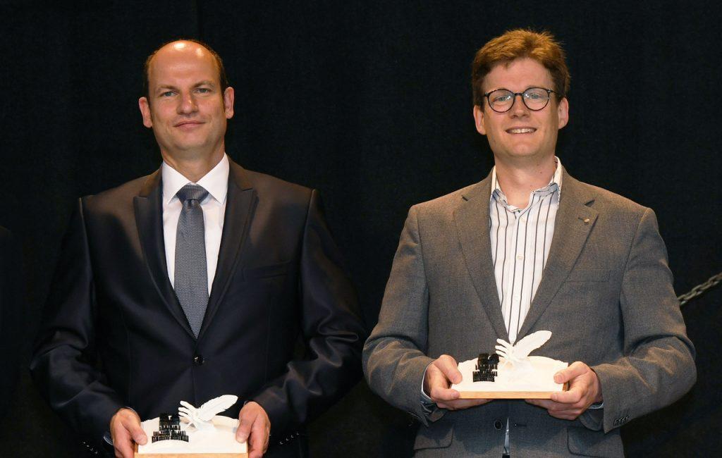 Zwei Männer, die einen Preis erhalten haben.