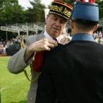 Ein französischer Offizier steckt einem französischen Kadetten Epauletten auf die Schulter