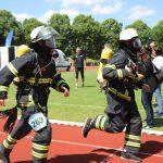 Zwei laufende Feuerwehrmänner mit Atemschutzmasken
