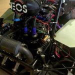 Ein Motor mit einem Luftfiltergehäuse, auf dem die Buchstaben EOS stehen.