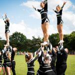 Cheerleader bilden eine Formation