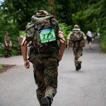 Soldaten laufen mit schweren Rucksäcken