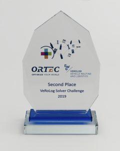 """Eine vieleckige Acrylharztafel mit der Aufschrift """"Second Place Vehicle Routing Challenge 2019"""""""