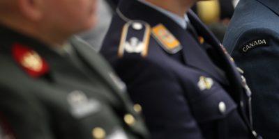Stabsoffiziere in Uniformen verschiedener Nationen