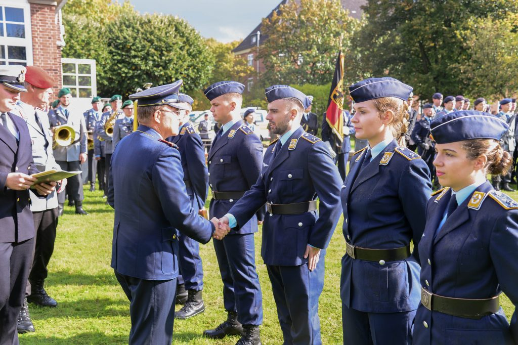 Ein General beglückwünscht Soldaten und Soldatinnen