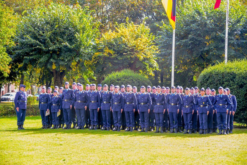 Soldaten der Luftwaffe stehen in einer Formation, im Hintergrund sieht man die Bundesdienstflaffe und die Flagge der Stadt Hamburg